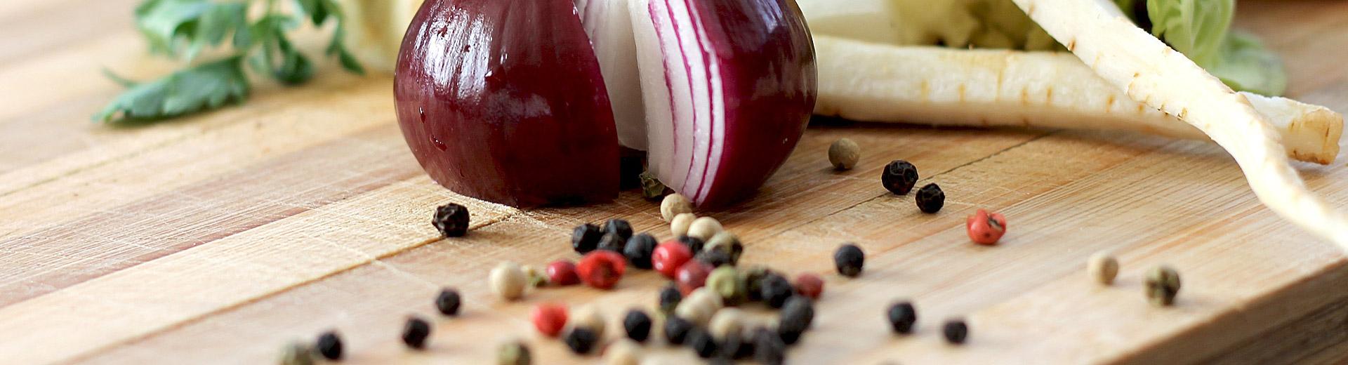 Kryddor i glasburk med kvarn